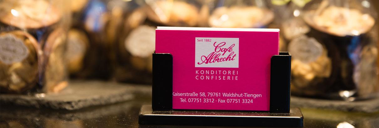 Konditorei Cafe Albrecht Waldshut-Tiengen Visitenkarte Geschenkbeutel im Hintergrund
