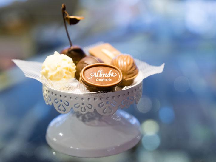 Konditorei Cafe Albrecht Waldshut-Tiengen Pralinen auf Servierschale